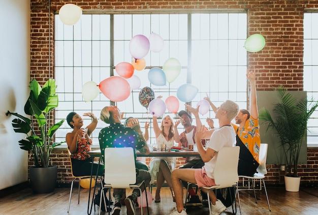 Pessoas brincando com balões em uma festa