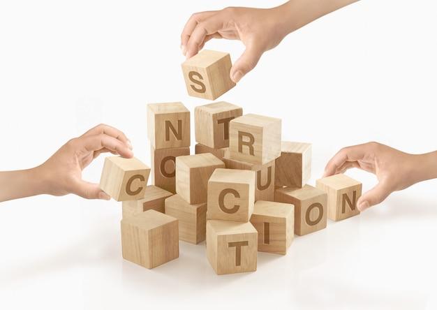 Pessoas brincando com blocos de brinquedo de madeira