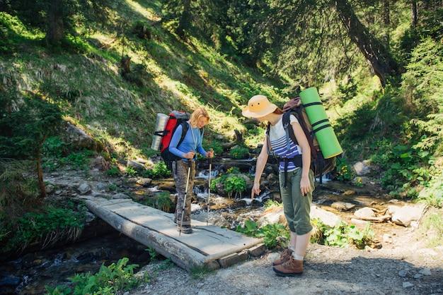 Pessoas, caminhadas nas montanhas dos cárpatos