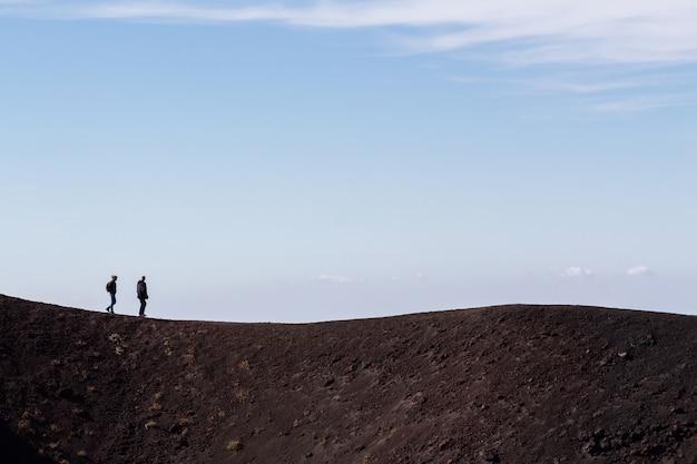 Pessoas caminhando ao longo do vulcão etna