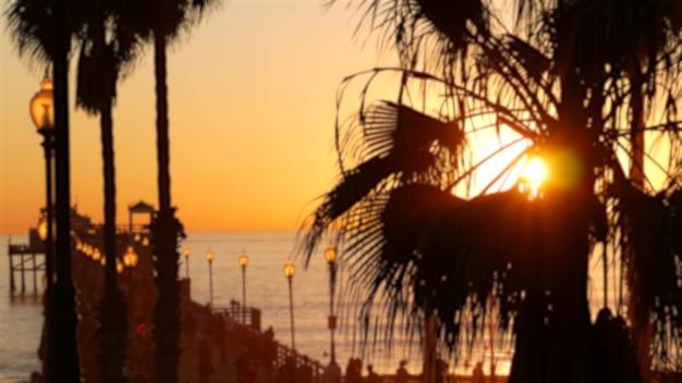 Pessoas caminhando, cais de madeira na califórnia, eua. estância turística de férias à beira-mar à beira-mar.