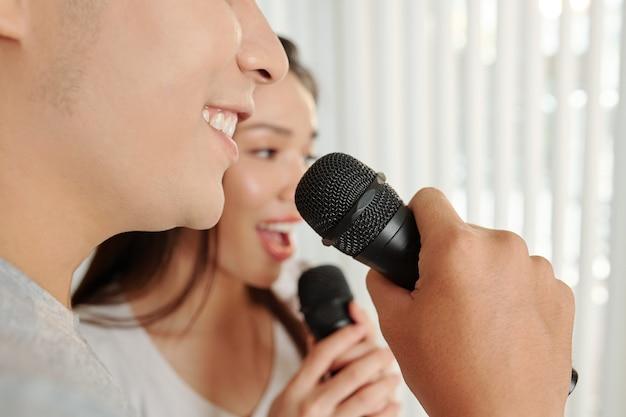 Pessoas cantando em microfones