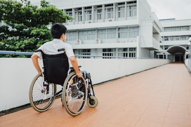 Pessoas com deficiência ou deficiência podem acessar em qualquer lugar público com cadeira de rodas