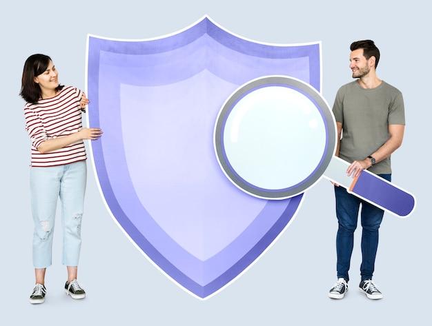 Pessoas com ícones no tema da segurança