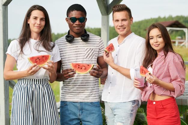 Pessoas com melancia