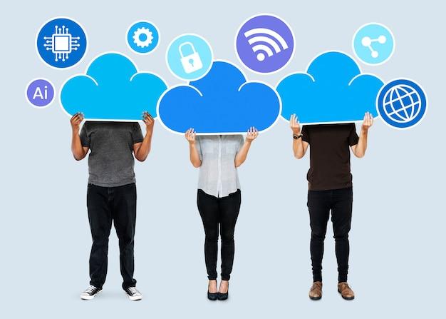 Pessoas com símbolos de armazenamento em rede na nuvem