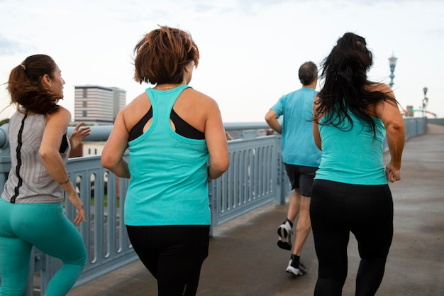Pessoas com tiro médio correndo do lado de fora Foto Premium