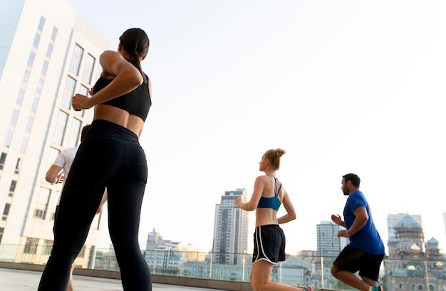 Pessoas com tiro médio correndo