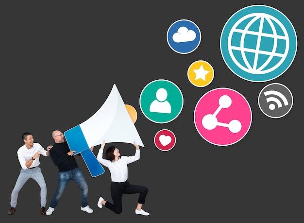 Pessoas com um megafone e ícones de marketing de mídia social