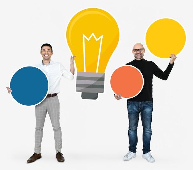 Pessoas com uma lâmpada e placas de círculo em branco Foto Premium