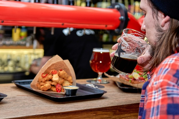 Pessoas comendo em fast food, passando algum tempo juntos no café, bar de cerveja. nuggets de jantar delicioso no restaurante em uma mesa de madeira.