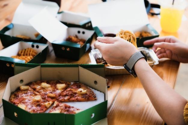 Pessoas comendo espaguete e pizza nas férias.