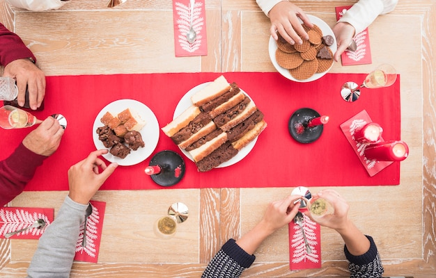 Pessoas comendo sobremesa na mesa de natal