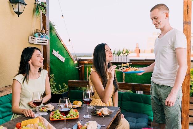 Pessoas, comer, aperitivos, telhado, partido