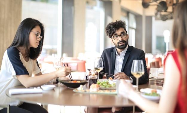 Pessoas compartilhando o almoço em um restaurante japonês