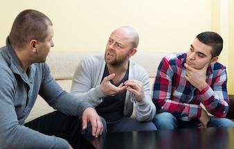 Pessoas compartilhando problemas na mesa