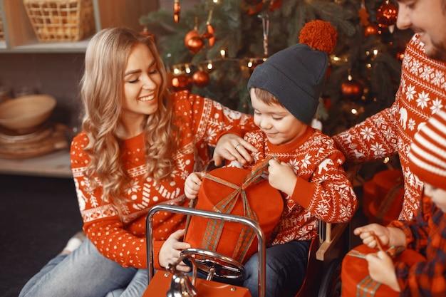 Pessoas consertando para o natal. pessoas brincando com sua filha.
