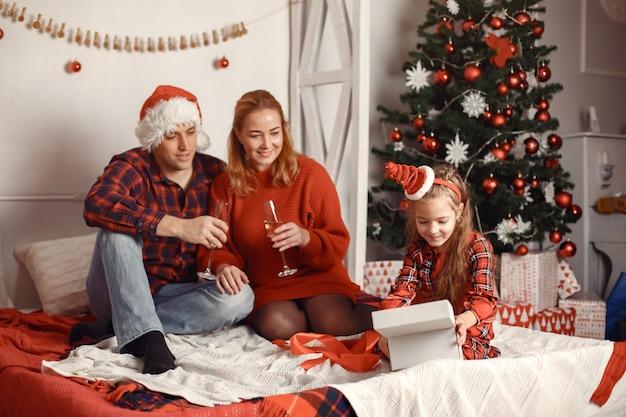 Pessoas consertando para o natal.