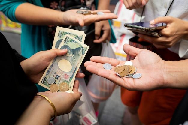 Pessoas contando ienes japoneses