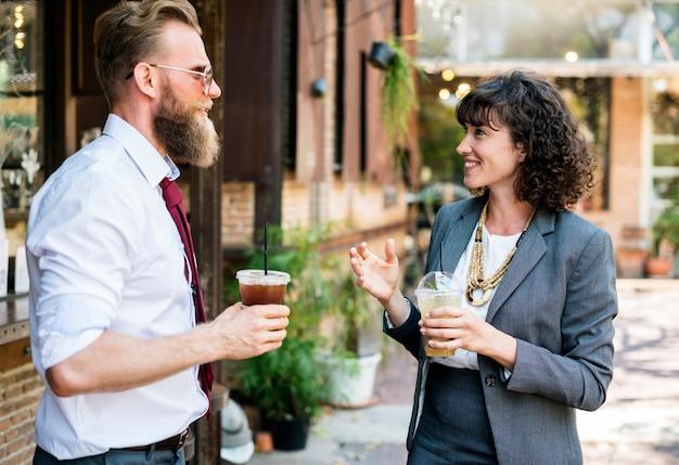 Pessoas conversando e ponto de encontro com chá gelado