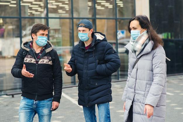 Pessoas conversando na rua. quarentena de coronavírus. amigos usando máscara facial. covid-2019 surto.