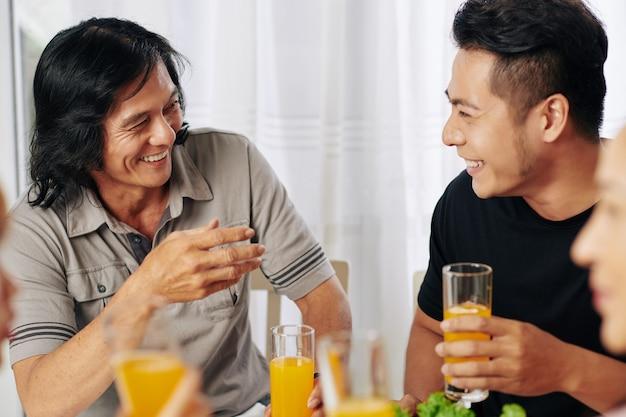 Pessoas conversando no jantar