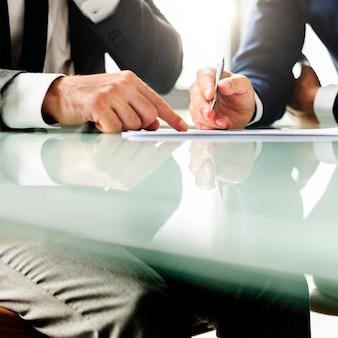 Pessoas corporativas analisando notas caneta conexão