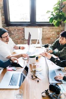 Pessoas criativas em uma startup trocando ideias para um novo projeto