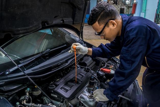 Pessoas cuidado de carro regular faz uso de carro. como o óleo.