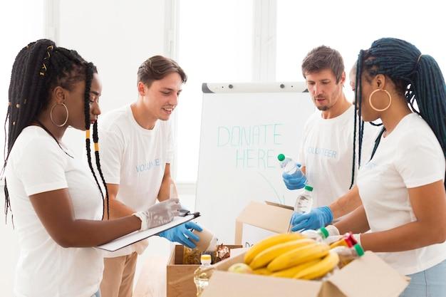 Pessoas cuidando das doações em conjunto