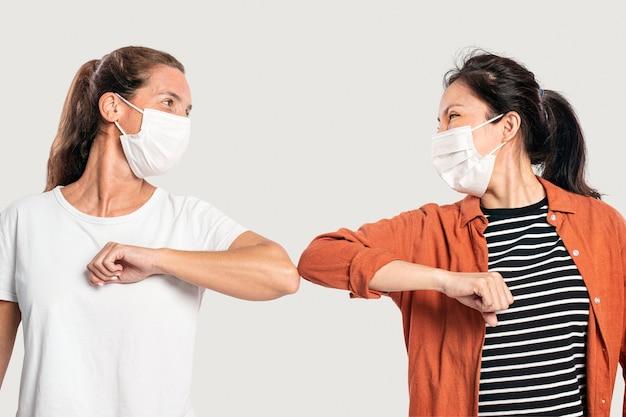 Pessoas cumprimentando com cotoveladas para higiene pessoal