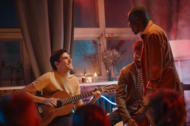 Pessoas curtindo a música juntas