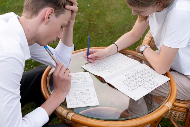 Pessoas curtindo um jogo de sudoku