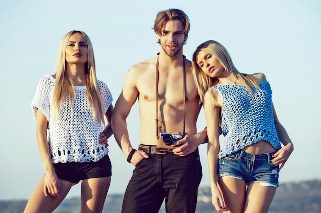 Pessoas da moda, férias de verão e amigos da moda e beleza viajando