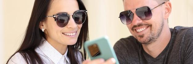 Pessoas da moda moderna adulta olham para o retrato de tela do smartphone.