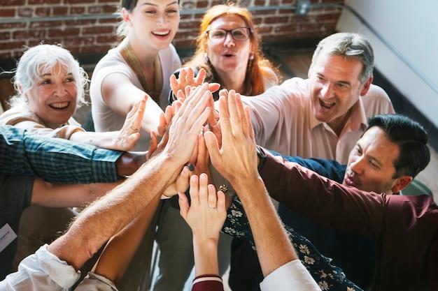 Pessoas dando as mãos no ar