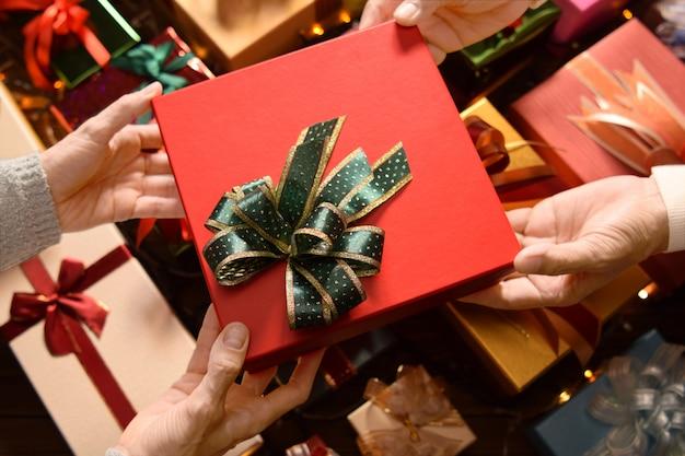 Pessoas dando presentes uns aos outros nos festivais de natal e ano novo com caixas de presentes no