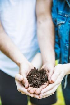 Pessoas de culturas segurando o solo