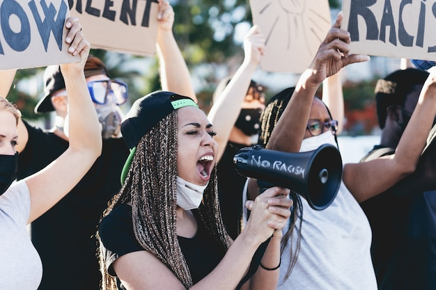 Pessoas de diferentes idades e raças protestam nas ruas por direitos iguais
