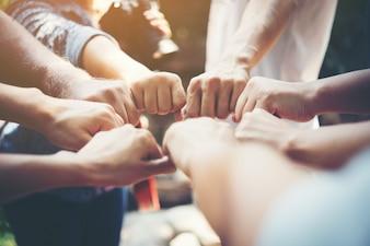 Pessoas de força reunião de sucesso das mãos