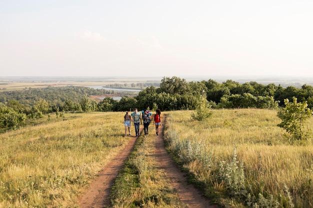 Pessoas de longa distância caminhando ao ar livre