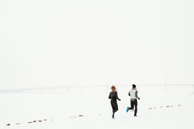 Pessoas de longa distância correndo ao ar livre