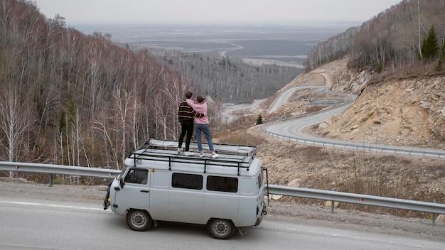 Pessoas de longa distância em pé na van
