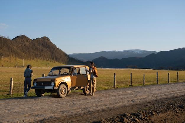 Pessoas de longa distância viajando de carro