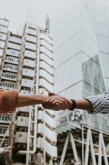 Pessoas de mãos dadas, aperto de mão de negócios
