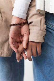 Pessoas de mãos dadas fecham