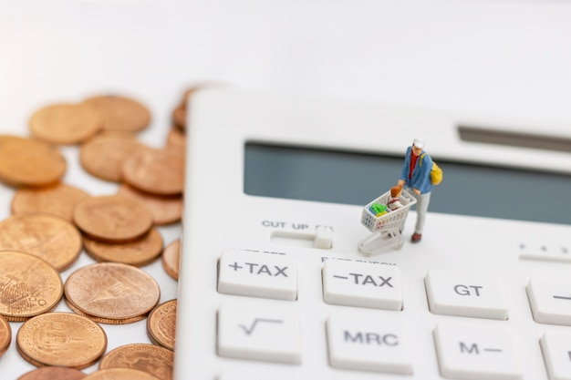 Pessoas de miniatrue, compradores comprar mercadorias à venda com bandeja de desconto na calculadora e moedas