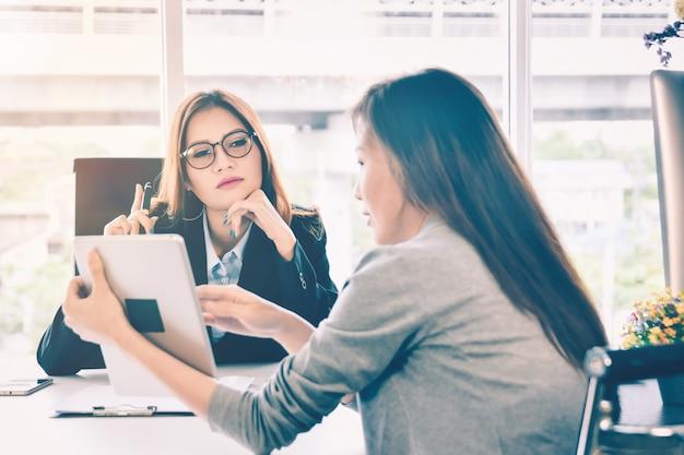Pessoas de mulher de negócios apresentando relatório de planejamento e finanças de negócios de tablet para ceo