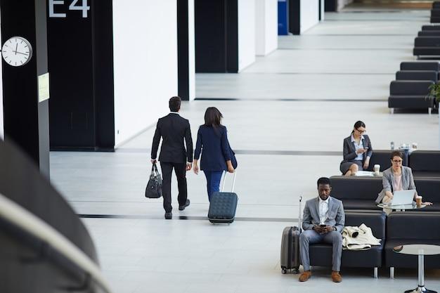 Pessoas de negócios, a bordo do avião