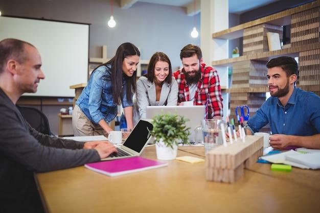 Pessoas de negócios a discutir durante reunião